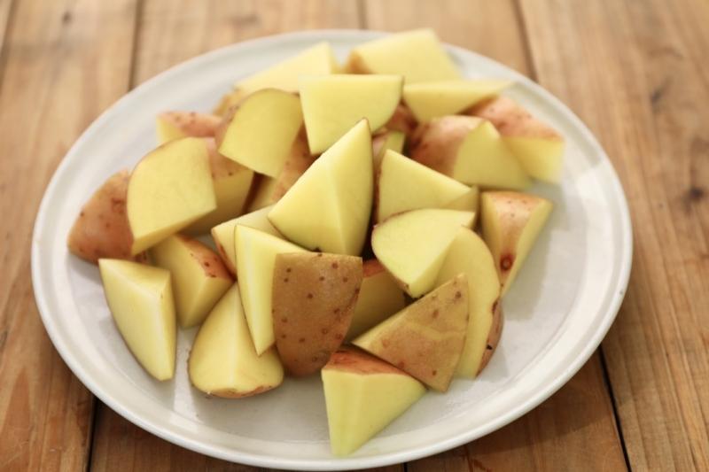1,土豆清洗干净,不用去皮,切成三角形(可以用切苹果的方式),用厨房纸