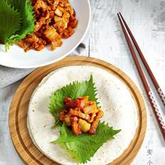 辣白菜炒五花肉条配卷饼
