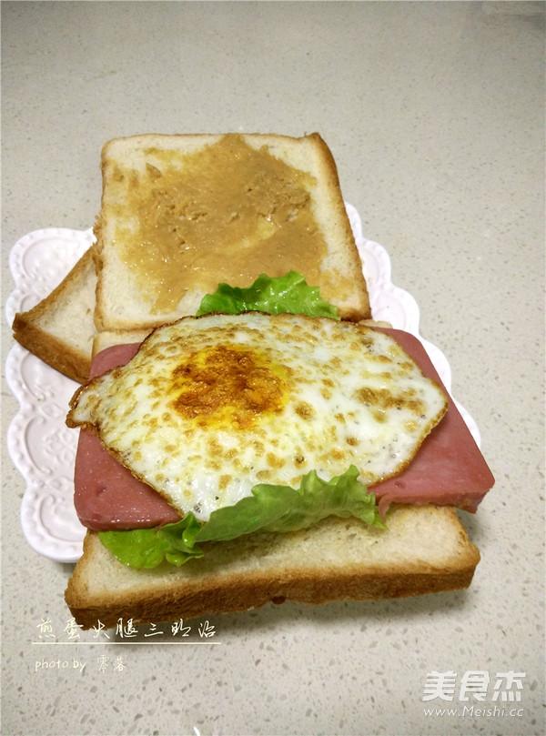 话说我早晨起来准备早餐的机会真是屈指可数~~~ 念书的时候都是妈妈照顾我的一日三餐~~~ 上班的时候,照顾我的人就变成了我先生~~~ 无论是老妈,还是先生都给我准备的中式早餐~~~虽然美味可口,但是架不住长年累月的吃啊~~~ 所以我是特别羡慕吃西式早餐的朋友~~ 某个周末,终于给我逮住了做早餐的机会~~~铛铛铛~~煎蛋火腿三明治就光荣出场咯~~~ 用料