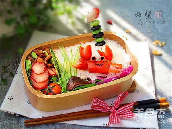 可爱的小螃蟹便当做出来了,需要带出远行的话,饭盒食材不要放得太满