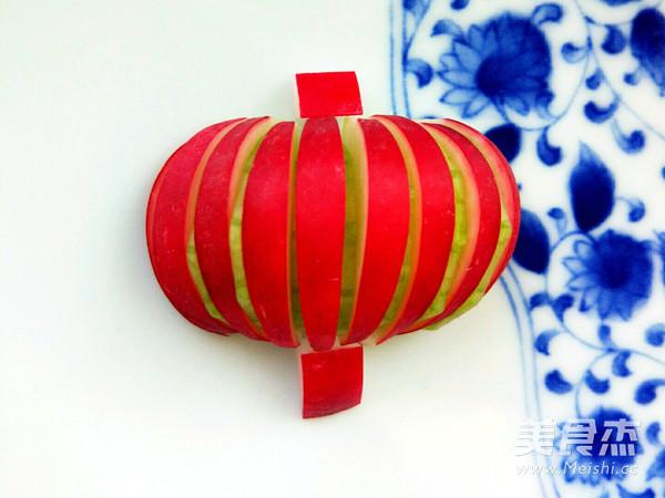 将黄瓜片插入樱桃萝卜中,摆成半圆形的灯笼状