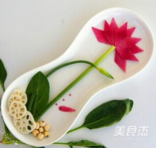 荷花又名莲花,其出污泥而不染的品格被世人称颂。相传观士音菩萨非常喜欢莲花,用莲花为座。民间有观音静坐莲花台之说。网友不坊仔细一观。 今天做的这个餐盘画,颜色和用料力求简单明了。莲花分别用了三种不同的食材(独立分开),胡萝卜、白萝卜、心里美,供网友从不同的食材中看到不一样的莲花效果。同时也把莲花、莲藕、莲籽放一起,呵呵,一家大团圆哦。另外为了增加灵动感和生机,添了尾小鱼,意寓鱼戏莲花或鱼扑莲花。 用料