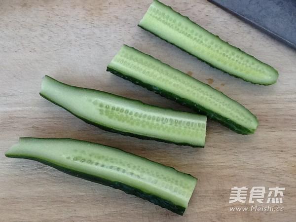 黄瓜横向切一刀(这样切是为了下一部纵向更好切,也能切直)再纵向从