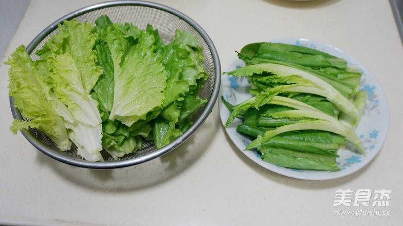 今天做的这道蔬菜豆腐麻辣汤火锅吃得非常过瘾哪!火锅用的蔬菜都是近来新兴的品种冰草、甜菜、油麦菜、生菜。后两种是我们常吃常见的蔬菜,生吃熟吃均可。现只将前两种美丽的蔬菜做一翻介绍噢! 冰草富含有天然的植物盐、氨基酸、胡萝卜素等物质,食用后既解渴又补充营养盐分,是一种高营养价值的蔬菜。全身长满了小水珠,宛如冰珠沾在身上,故得名。冰草入口即化,鲜嫩无比。 甜菜俗称红甜菜。根和叶为紫红色,因此也称火焰菜。块根可食用。类似大萝卜,生吃略甜,可作为配菜点缀在凉拌菜中,或作为雕刻菜的原料,颜色非常鲜艳;叶子既可以生