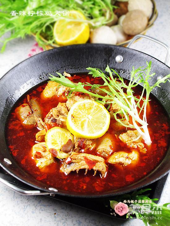 火锅是我家冬天的主打菜,尤其麻辣鸡火锅。麻辣鸡火锅是一道十分简单的家常菜,非常的好吃,一只三黄鸡全部消灭干净。吃的浑身热乎乎的。先用郫县辣酱炒出红油后再烹制鸡肉。麻辣鸡火锅麻辣鲜香,鸡肉细嫩,而且越煮越香,特别适合冬天聚餐食用。   喜欢吃辣的食物,但是又怕上火,脸上还容易起包包。 在火汤底中加入适量的鲜柠檬,即能增鲜美味又有效的去火、祛痘,还能给火锅带来一丝清爽。柠檬富有香气,能祛除肉类、水产的腥膻之气,并能使肉质更加细嫩,柠檬还能促进胃中蛋白分解酶的分泌,增加胃肠蠕动。 用料