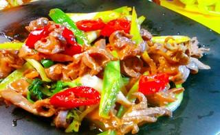 洋葱炒牛肉的做法_青椒炒鸭肾的做法_青椒炒鸭肾怎么做_美食杰