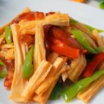 甜盐蜜语尖椒炒腐竹的做法