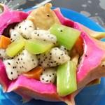 椰林夏风火龙果芹菜炒鱼饼的做法