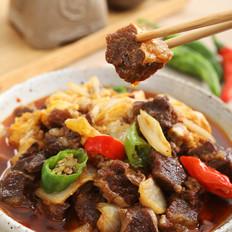 将肉、菜、汤汁一口气浇在米饭上——白菜牛腩盖浇饭
