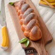 褐麦麻花辫面包