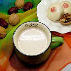香浓的核桃蔓越莓牛奶