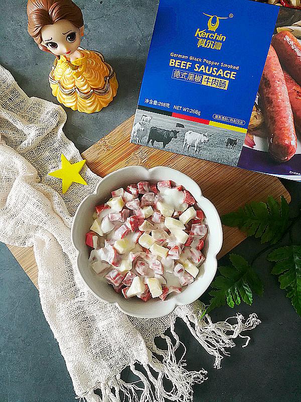 黑椒牛肉肠水果沙拉成品图