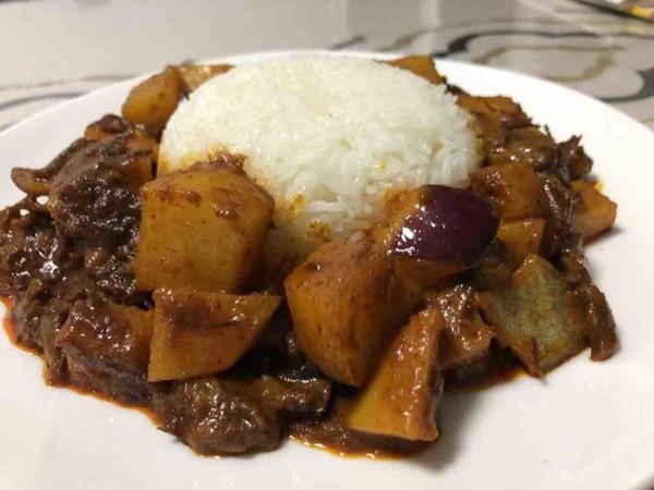 黄咖喱炖牛腩盖饭成品图
