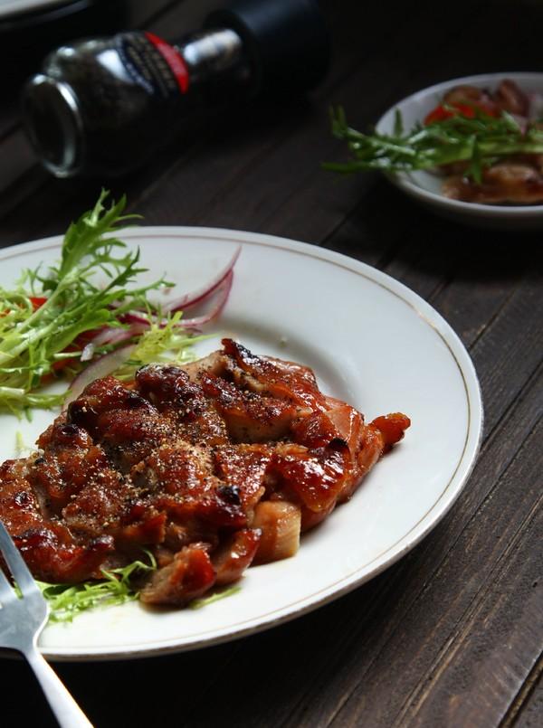 黑胡椒烤鸡腿肉成品图