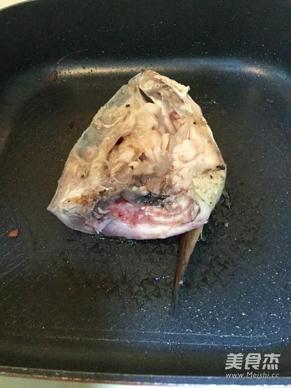 炖鱼头汤怎么吃