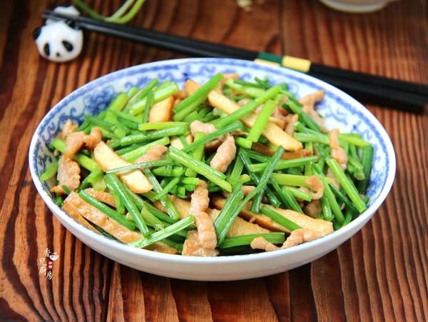 韭菜苔豆干炒肉丝成品图