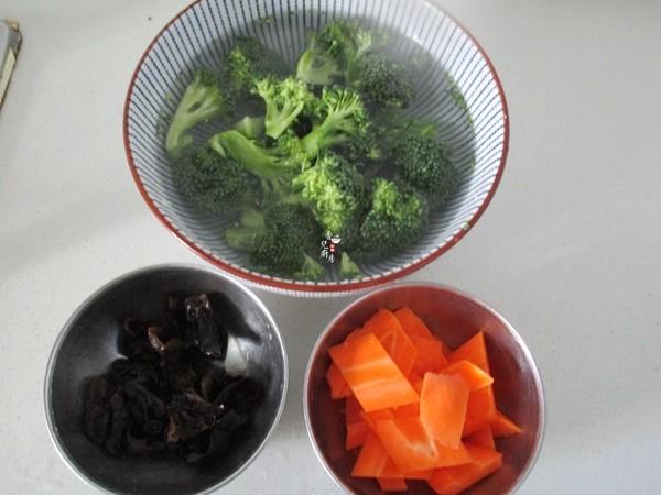 西兰花胡萝卜炒黑木耳的做法图解
