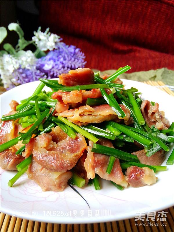 韭菜苔炒肉片成品图