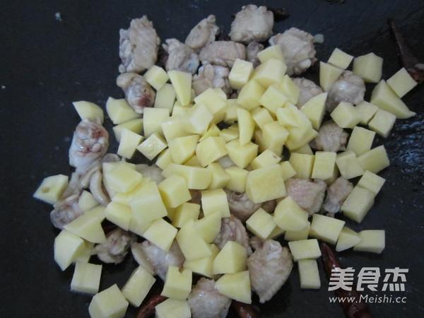 鸡翅焖土豆怎么做