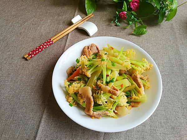 家常花菜炒肉成品图