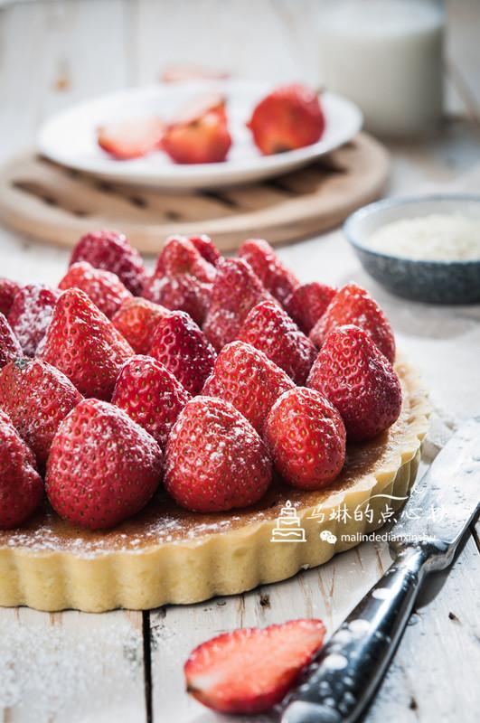 杏仁草莓派成品图