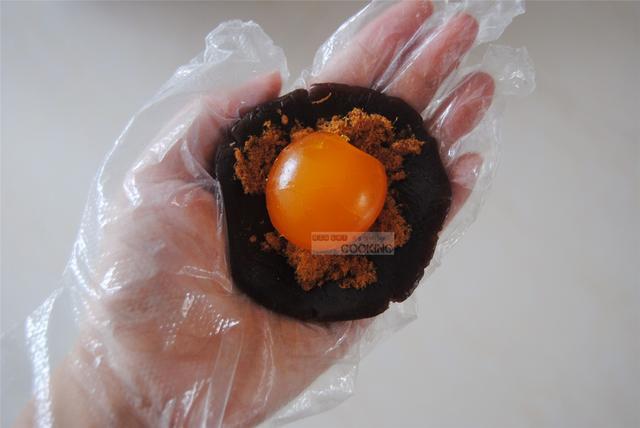 广式蛋黄莲蓉月饼怎么吃