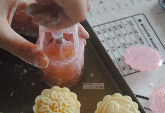 广式蛋黄莲蓉月饼怎么炒