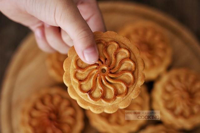 广式蛋黄莲蓉月饼成品图