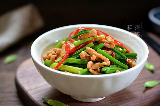 韭菜苔炒肉丝成品图