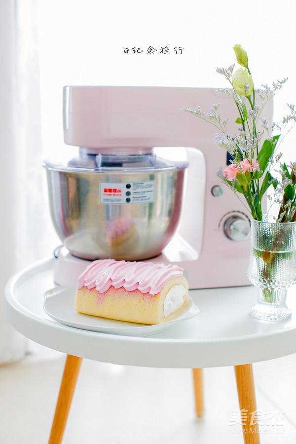 集美貌与美味于一身的火龙果蛋糕卷成品图