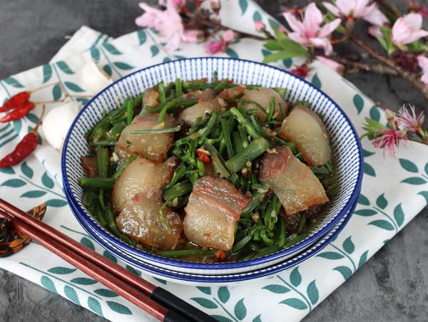 野芹菜炒腊肉成品图