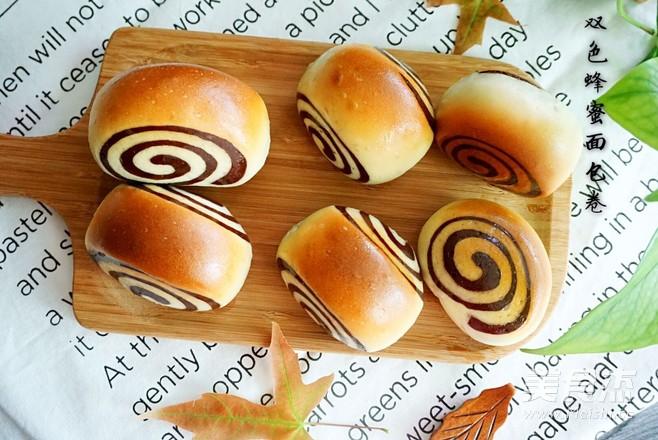 双色蜂蜜面包成品图
