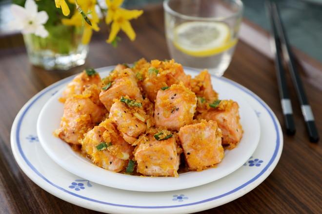咸蛋黄焗三文鱼成品图