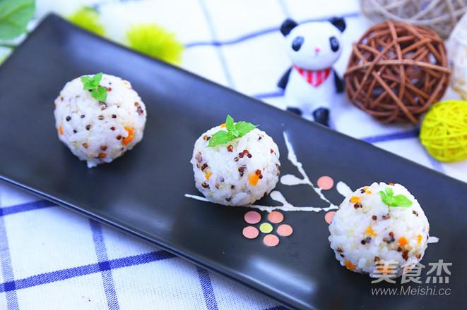 三文鱼藜麦饭团  宝宝辅食食谱成品图