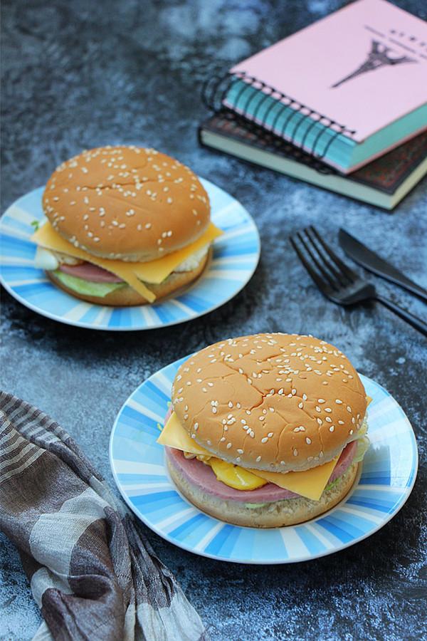雞蛋火腿漢堡成品圖