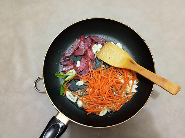 美食DIY ——腊肠炒面