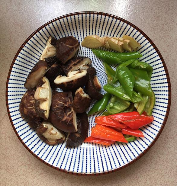 花菇焖烧土鸡肉怎么做