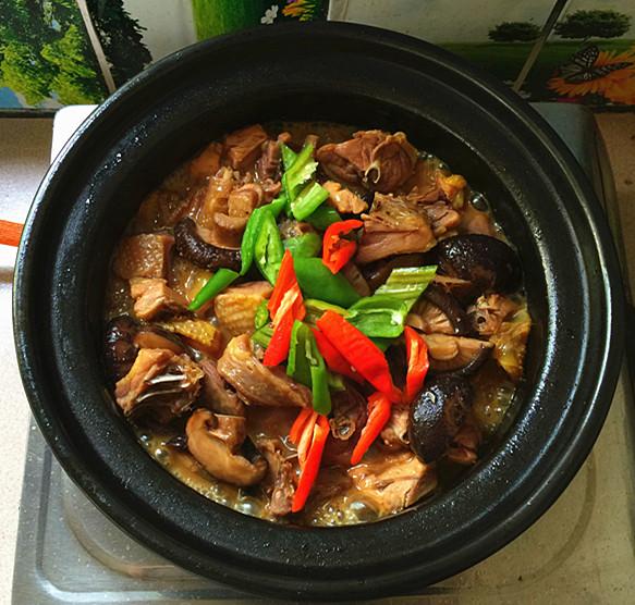花菇焖烧土鸡肉#午餐#的制作