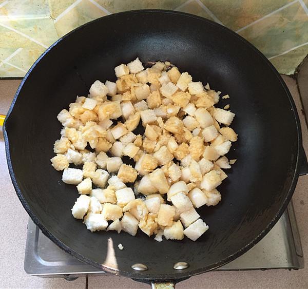 脆皮肠炒鸡蛋馒头丁怎么煮