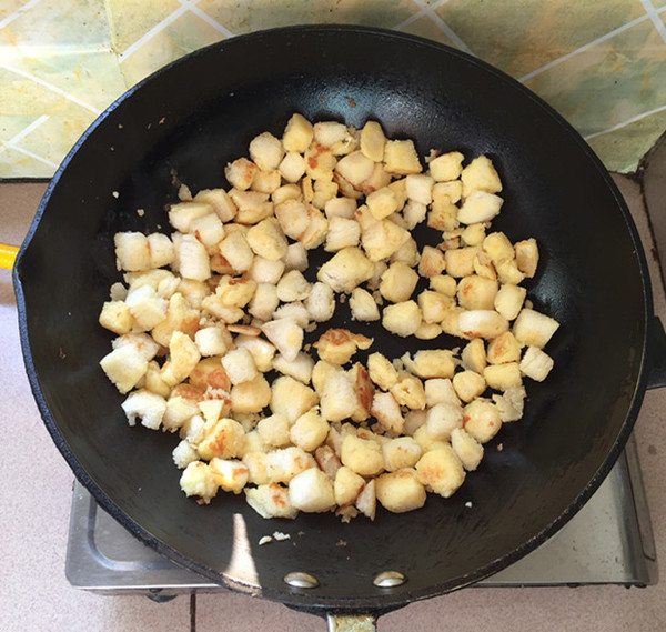脆皮肠炒鸡蛋馒头丁怎么炖