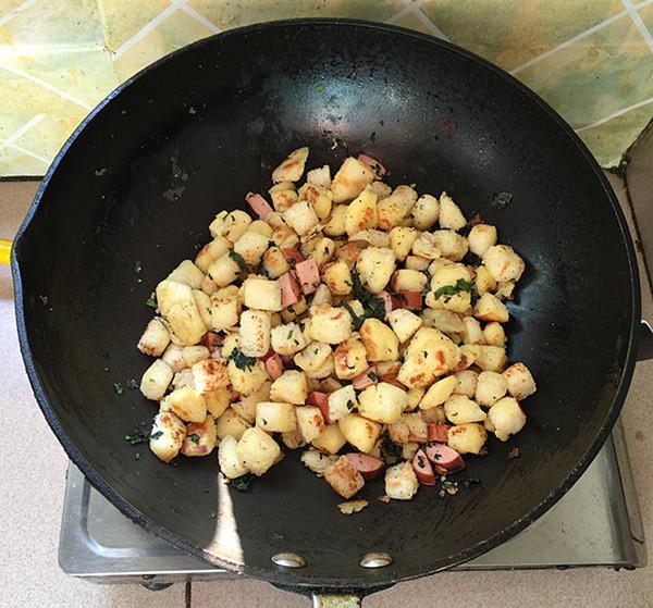 脆皮肠炒鸡蛋馒头丁怎样炒