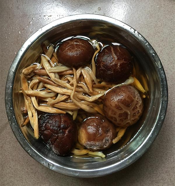 黄花菜焖烧土鸡的简单做法