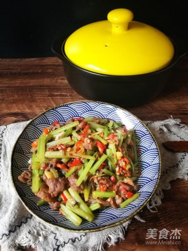 芹菜炒牛肉(砂锅版)成品图