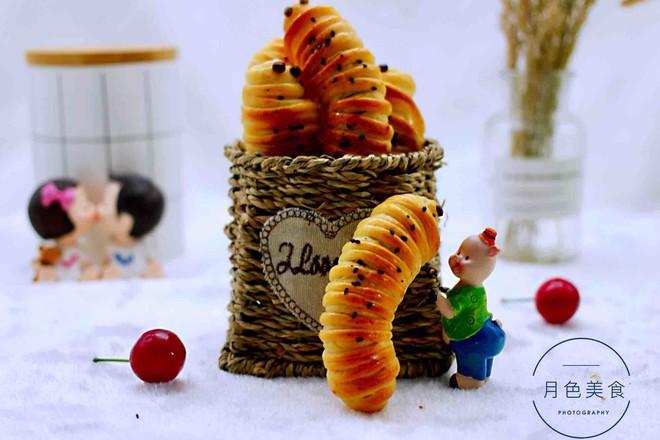毛毛虫豆沙面包成品图