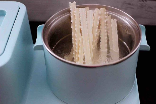 时蔬海虾刀削面的简单做法