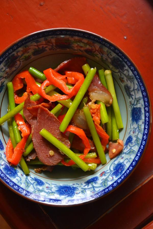 年饭硬菜蒜薹炒腊肉成品图