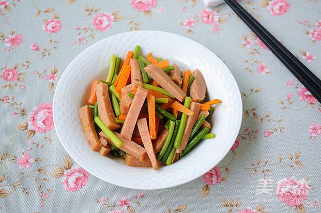 蒜苔胡萝卜炒午餐肉怎么炒