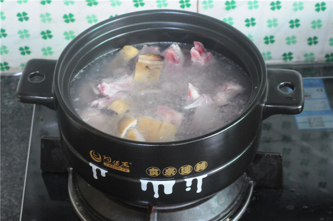 土豆羊排煲的家常做法