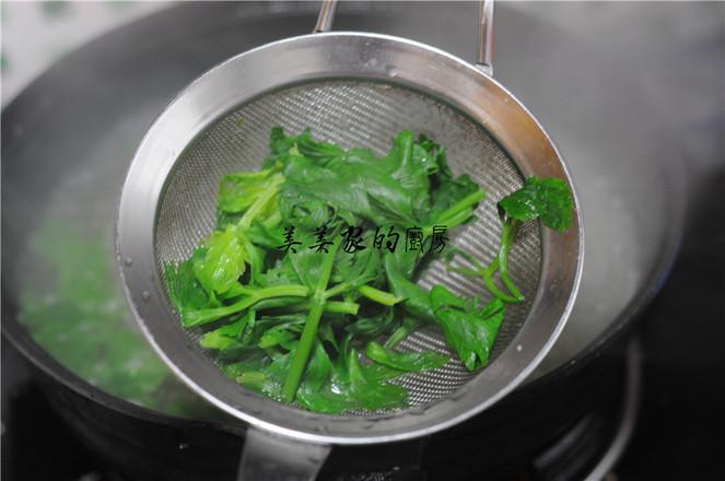 芹菜叶拌木耳的简单做法