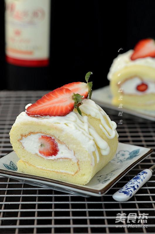 草莓奶油蛋糕卷成品图